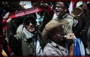 Manifestantes saem às ruas pela restituição de Zelaya